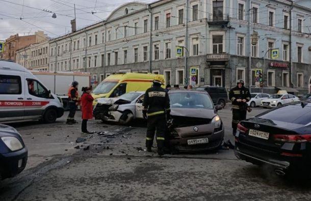Двое пострадали в аварии с такси в центре Санкт-Петербурга