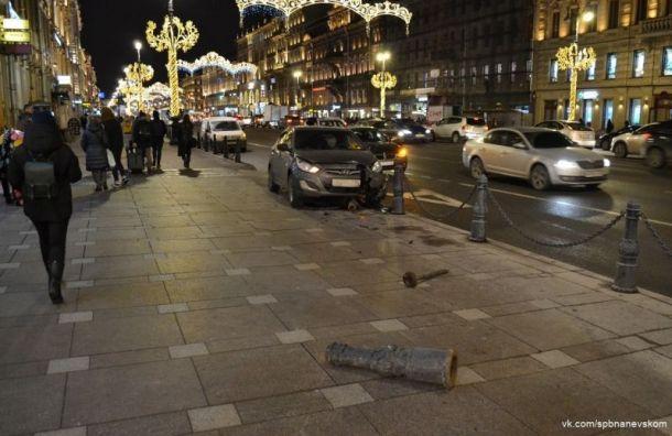 После столкновения на Невском Hyundai вылетел на тротуар
