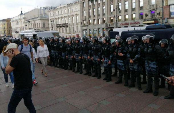 Два человека остаются в отделах полиции после акции у Гостиного Двора
