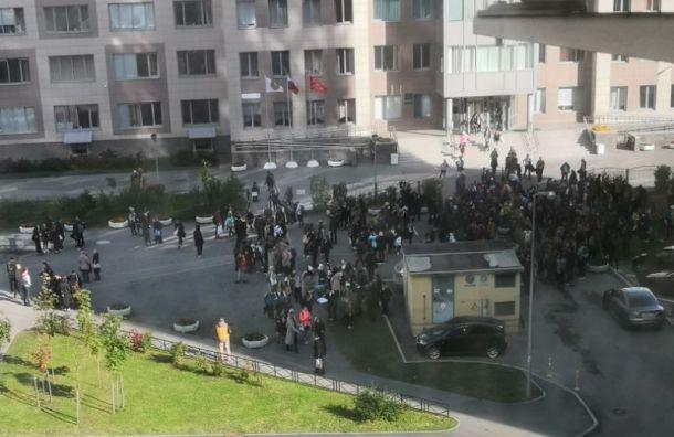 Три школы в Санкт-Петербурге эвакуировали из-за сообщений о бомбе