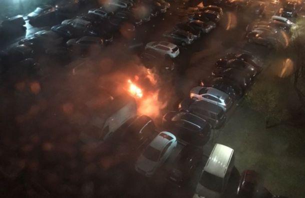 Машина загорелась на парковке на ул. Маршала Тухачевского