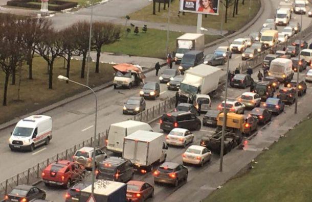Свердловская набережная стоит из-за крупной аварии с участием грузовика