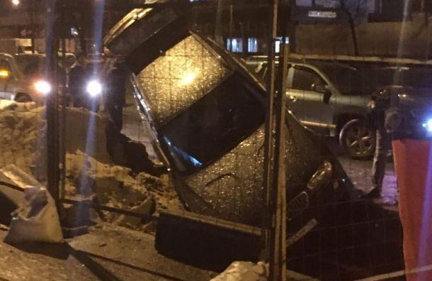 Леговушка провалилась в яму на дороге на Дальневосточном проспекте