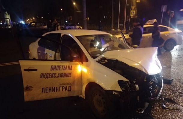 На Кантемировской после тройного ДТП увезли пострадавшего человека