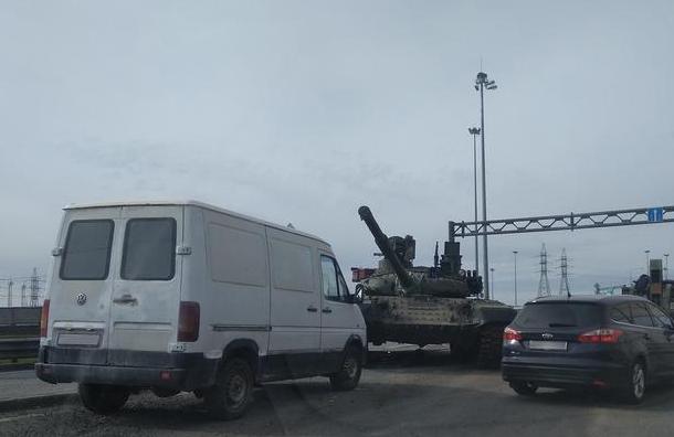 Танк попал в аварию на развязке КАД с Волхонским шоссе