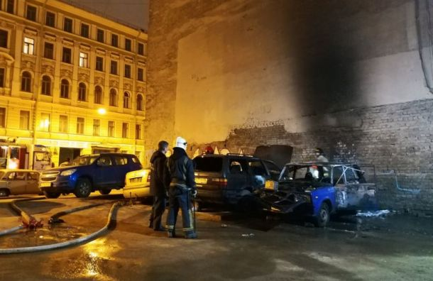 Две машины сгорели ночью на Херсонской ул.