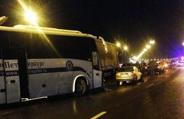 Четырнадцать машин столкнулись на обледеневшем Киевском шоссе