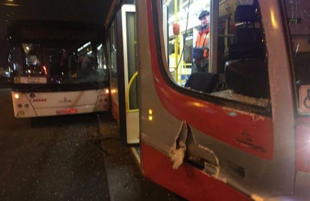Автобус с трамваем не поделили остановку около Приморской