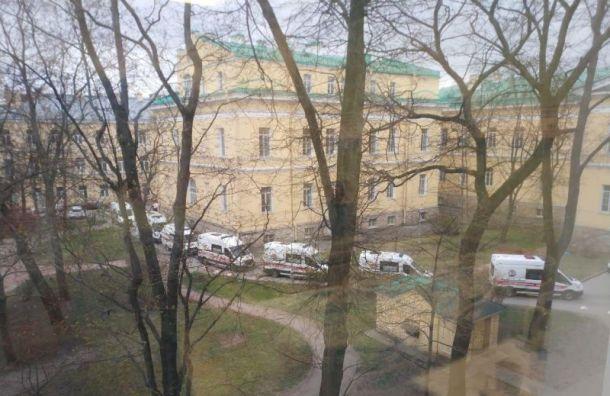Машины скорой помощи выстроились в очередь в Мариинскую больницу