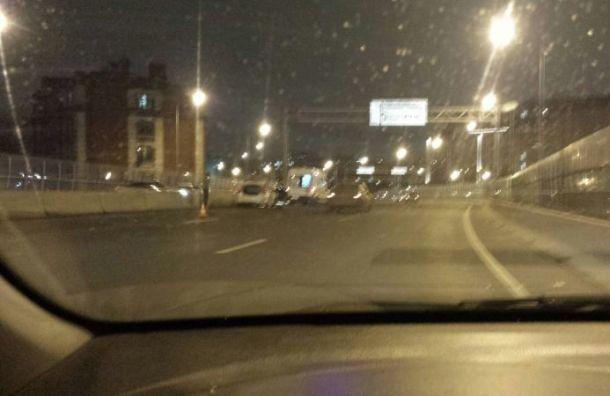 Такси влетело в ограждение на мосту Бетанкура