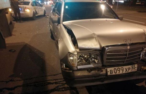 «Мерседес» помял такси на Будапештской ул.