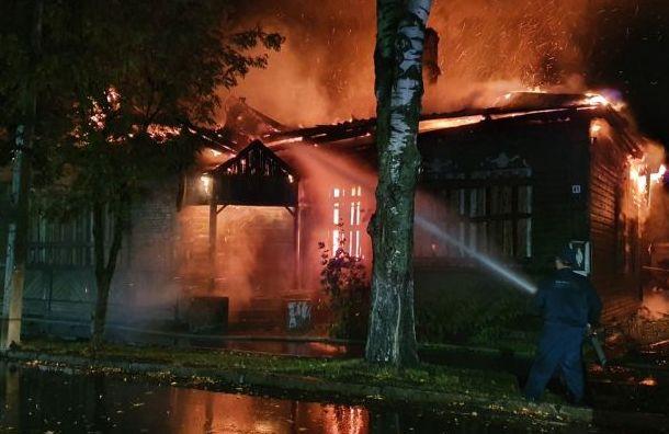 Пожар уничтожил историческое здание в Новой Ладоге