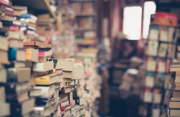 Петербуржцам стали выдавать книги на лопате