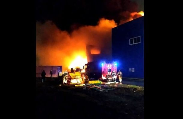 Пожарные тушили склад во Фрунзенском районе 11 часов