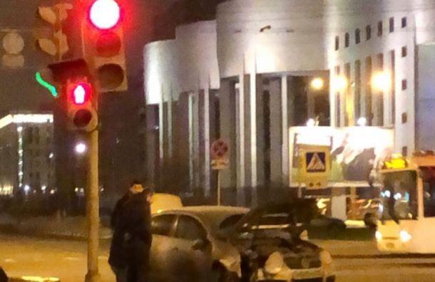 Автолюбитель ночью протаранил дорожный знак