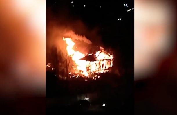 В Мурино сильный пожар, полыхает старый дом