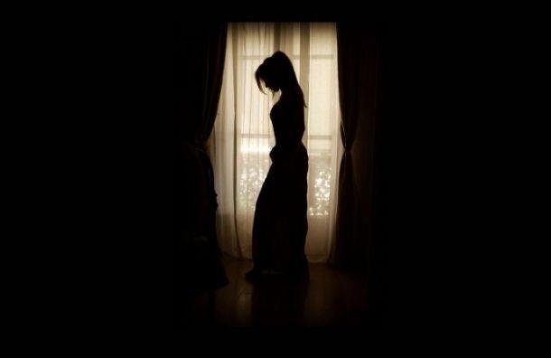 Молодая женщина выпала из окна в городе Колпино