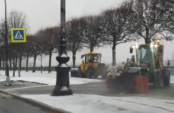 Свыше тысячи дворников расчищали опустевший Санкт-Петербург от снега