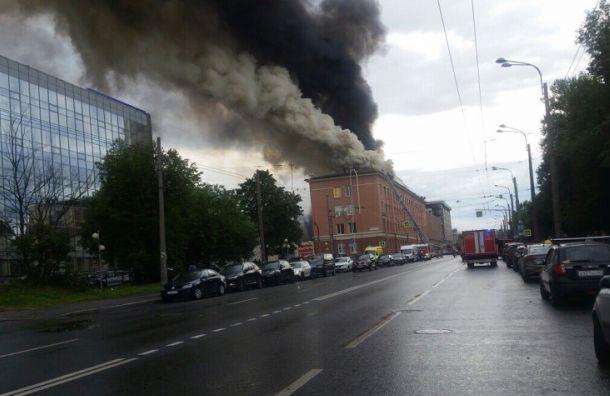 Бизнес-центр на Васильевском тушат по повышенному рангу сложности