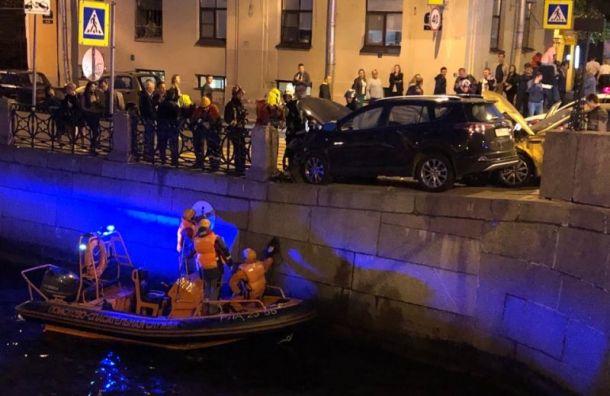 Пешеход вылетел в Мойку из-за аварии с такси на набережной