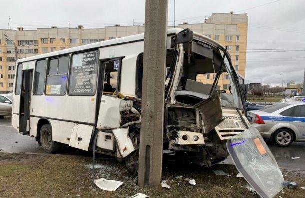 Маршрутка влетела в столб на ул. Савушкина