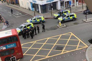 Неизвестный с ножом напал на прохожих в Лондоне