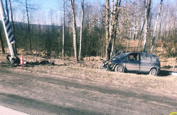 Opel врезался в опору ЛЭП во Всеволожском районе