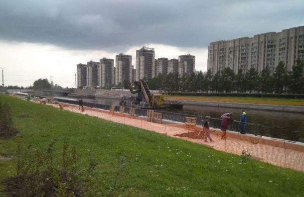 Василеостровцы борются с забором на Новосмоленской набережной