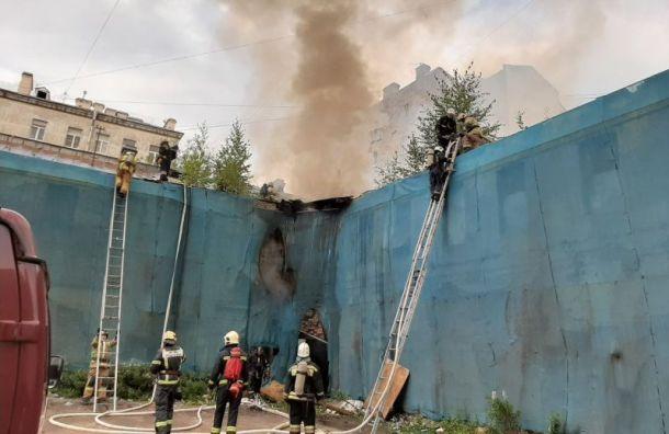 Заброшенное здание полыхает на ул. Ефимова