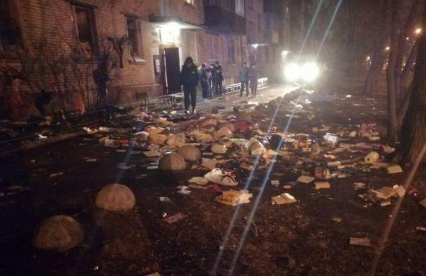 Горожане обнаружили ковер из книг под окнами на Караваевской