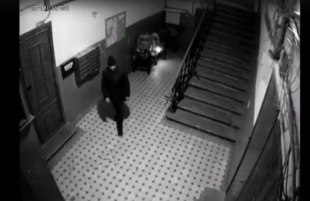 Неизвестный поджег две коляски в жилом доме на Моховой