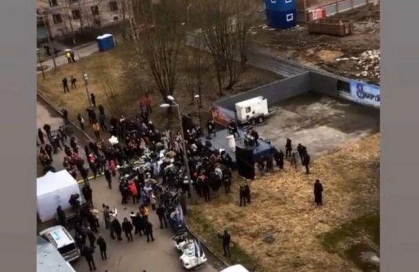 Группа IOWA спела под окнами запертых на карантин студентов-медиков