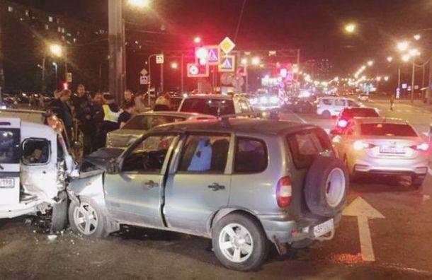 Два человека пострадали в массовом ДТП на юге Санкт-Петербурга