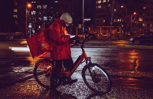 Четверо безработных забрали продукты у курьера в Санкт-Петербурге