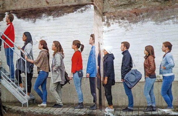 Художник посвятил стрит-арт очередям за финскими визами