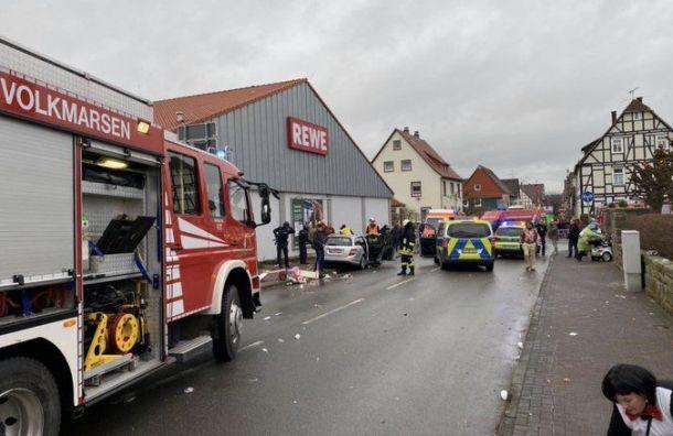 Микроавтобус протаранил толпу в немецком Фолькмарзене