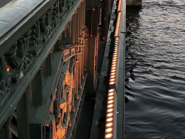 Дворцовый мост в праздники украсит особенная подсветка