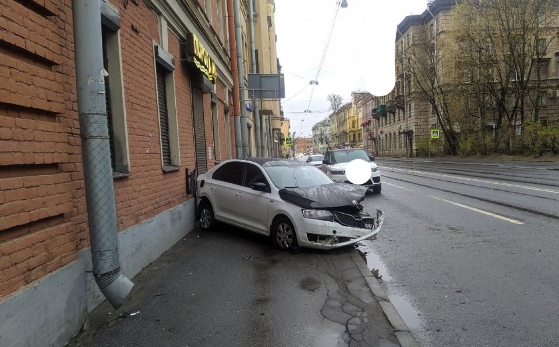 На тротуаре у метро «Выборгская» обнаружили разбитый автомобиль без водителя