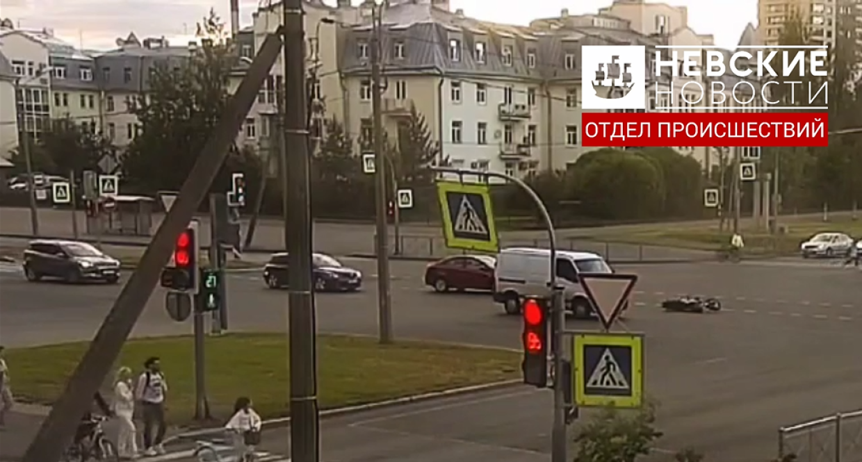 ДТП с мотоциклом и фургоном в Приморском районе попало на видео