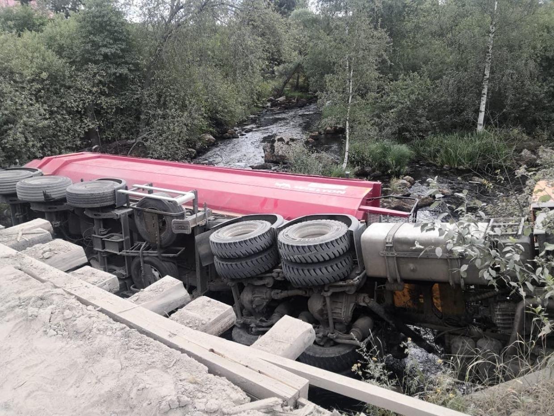 Водитель большегруза уснул за рулем и упал в реку в Ленобласти