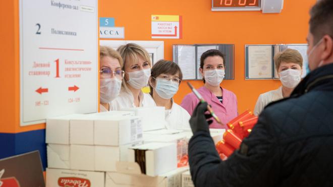 Кондитерская фабрика передала в больницу Боткина 1600 плиток шоколада