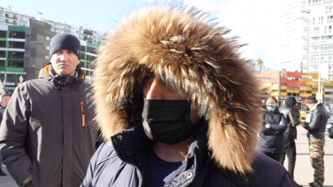 Петербуржец через суд потребовал от Cмольного раздавать маски бесплатно