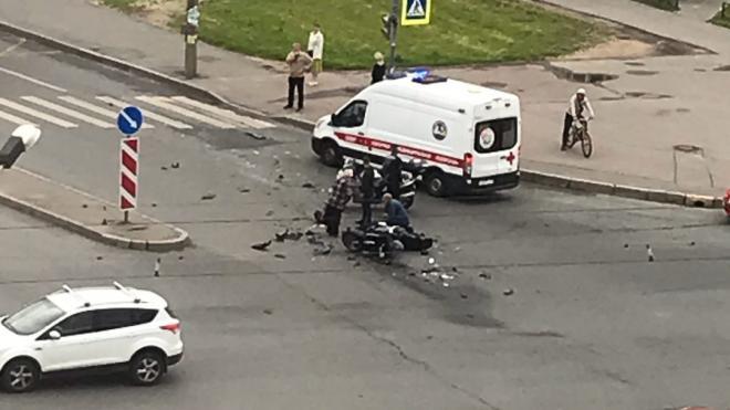 Мотоциклист получил тяжелые травмы в ДТП на улице Коллонтай