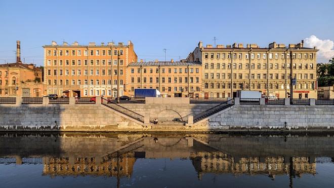 Петербуржца госпитализировали после того, как его ударил охранник бизнес-центра на Обводном канале