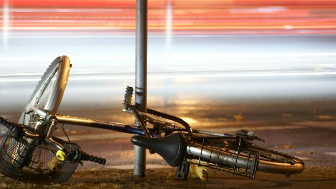 Пожилой велосипедист оказался под колесами Mercedes с прицепом на трассе