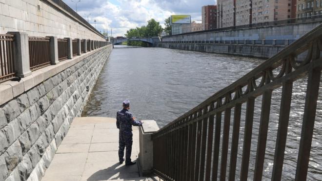 Росгвардейцы спасли тонущую в Обводном канале девушку