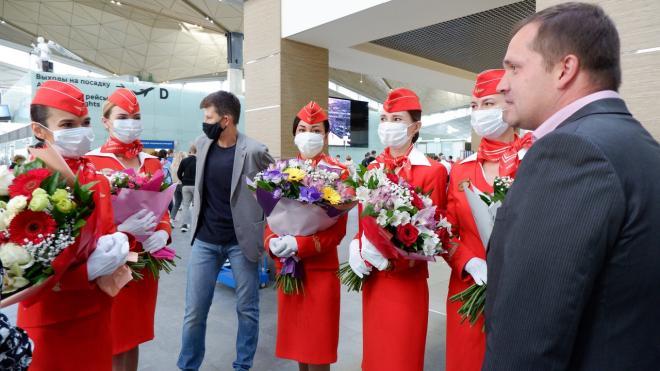 Активисты ОНФ и пассажиры поздравили петербургских бортпроводников