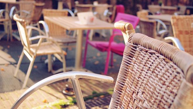 Уборка и вынос мебели по расписанию: бизнесу составили инструкцию по открытию летних кафе в Петербурге