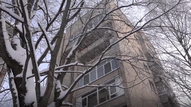 Школьница погибла после падения с балкона многоэтажки в Кронштадте