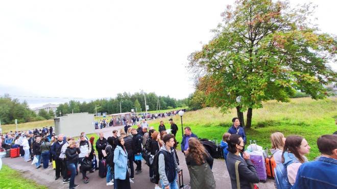 Первокурсники СПбГУ выстроились в километровую очередь перед общежитием